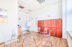 Ośrodek Pomocy Zdrowiu - sala terapeutyczna w przychodni na Woli, w której przyjmuje psycholog, psychiatria, odbywa się terapia uzależnień i terapia grupowa