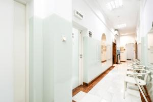 Ośrodek Pomocy Zdrowiu - poczekalnia przychodni na Woli do gabinetów lekarskich, w których przyjmuje pediatra, internista, stomatolog oraz odbywają się pobrania krwi do laboratorium