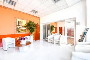 Ośrodek Pomocy Zdrowiu - poczekalnia przychodni na Woli do sal, w których przyjmuje psycholog, psychiatria, odbywa się terapia uzależnień i terapia grupowa