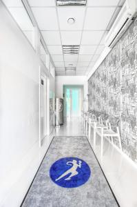 Ośrodek Pomocy Zdrowiu - poczekalnia - przychodnia na Nowolipki róg Bellottiego do gabinetów, w których przyjmuje pediatra, internista, stomatolog oraz odbywają się pobrania krwi do laboratorium