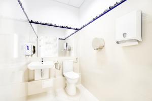 Ośrodek Pomocy Zdrowiu - toaleta - przychodnia na Nowolipki róg Bellottiego obok gabinetu, w którym przyjmuje laryngolog, dermatolog, alergolog